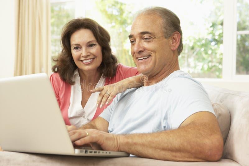 pary domowego laptopu starszy używać obraz royalty free