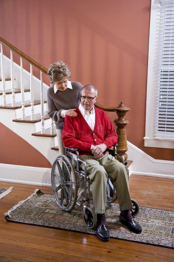 pary domu mężczyzna seniora wózek inwalidzki obraz royalty free