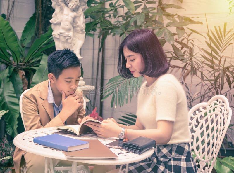 Pary dziewczyna i chłopiec czytelnicza książka zdjęcie royalty free