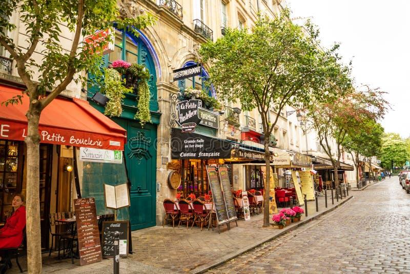 Pary?, Francja - 24 04 2019: Łaciny ćwiartka Wąska ulica Paryż wśród starych tradycyjnych parisian domów wewnątrz i kawiarni zdjęcia stock