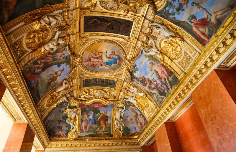 Pary?, Francja, Kwiecie?/- 05 2019 Wśrodku bogato dekorującego louvre muzeum pi?kny sufit obrazy stock