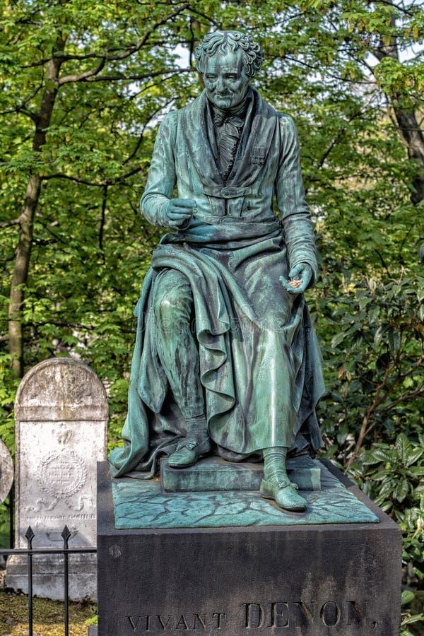 PARYŻ FRANCJA, MAJ, - 2, 2016: Vivant Denon grób w Pere-Lachaise cmentarnianym homeopaty założycielu zdjęcie stock
