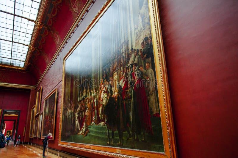 PARY? FRANCJA, PA?DZIERNIK, - 2, 2016: Turysta wizyty galeria sztuki w louvre muzeum Louvre muzeum jest jeden odwiedzony i wielki zdjęcia stock