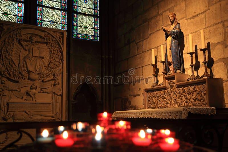 Pary? Francja, Pa?dziernik, - 28, 2018: Wn?trze notre dame de paris katedra Mały ołtarz z antyczną statuą i witrażem obrazy stock