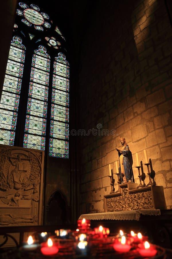 Pary? Francja, Pa?dziernik, - 28, 2018: Wn?trze notre dame de paris katedra Ma?y o?tarz z antyczn? statu? i witra?em zdjęcia royalty free