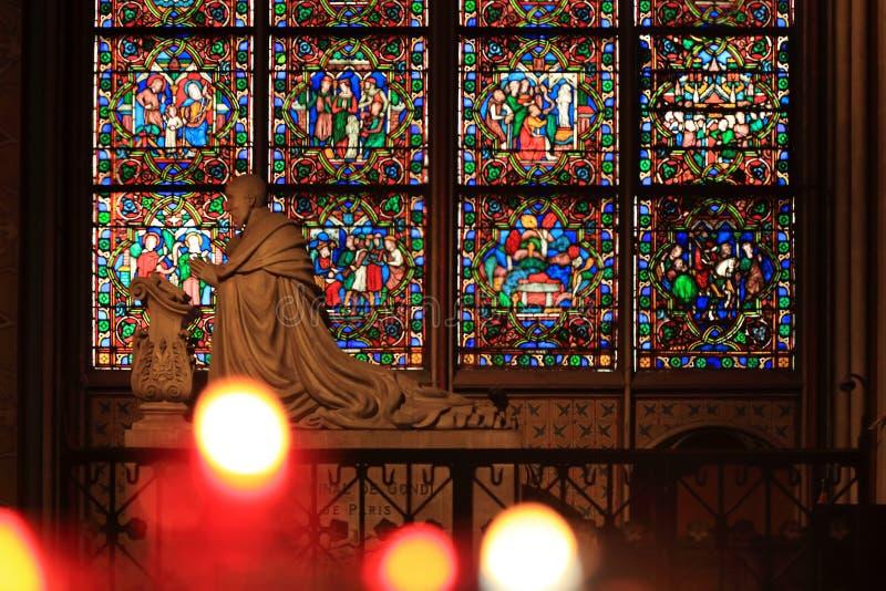 Pary? Francja, Pa?dziernik, - 28, 2018: Wn?trze notre dame de paris katedra Ma?y o?tarz z antyczn? statu? i witra?em fotografia royalty free