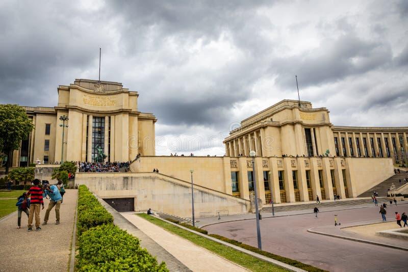 Pary?, Francja - 24 04 2019: Pi?kny budynek Tracadero uprawia ogr?dek przy wzg?rzem Chaillot w Pary?, Francja obrazy stock