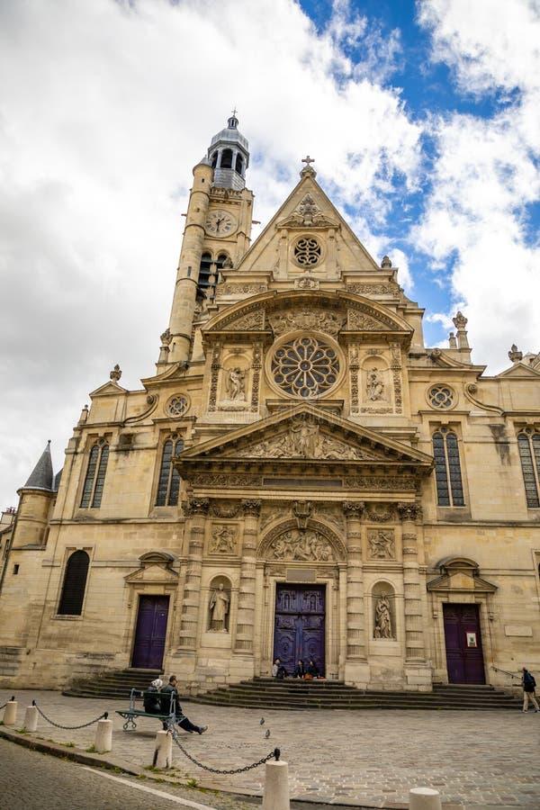 Pary?, Francja - 24 04 2019: Saint Etienne Du Mont Ko?ci?? w ?aciny ?wiartce, francuski gothic ko?ci?? w chmurnym dniu, Pary? obraz stock