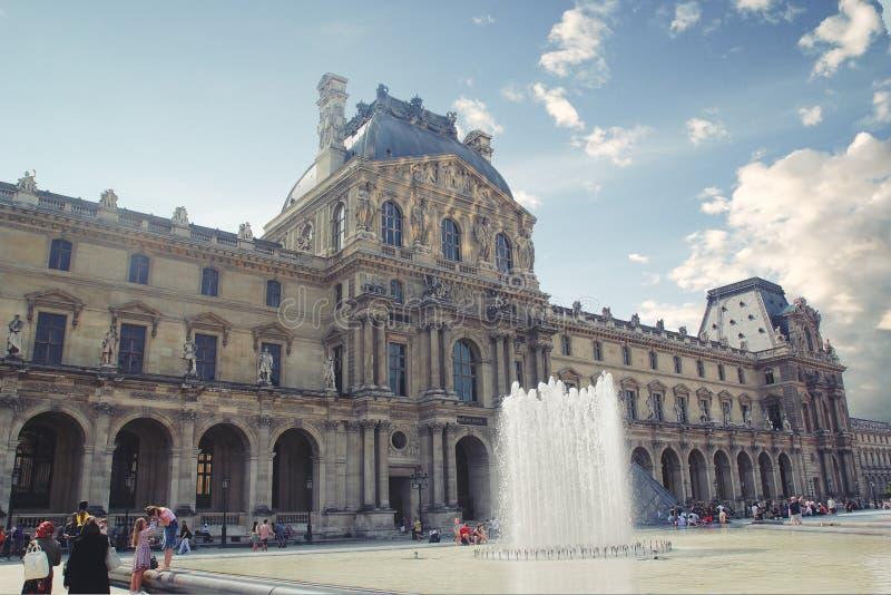 Pary? Francja, Sierpie?, - 27,2017: Pi?kny muzeum z fontann? na przodzie na s?oneczny dzie? zdjęcie royalty free