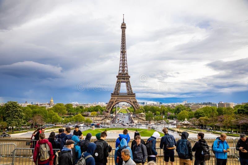 Pary?, Francja - 24 04 2019: Widok z lotu ptaka Basztowy Eiffel na pi?knym chmurnym niebie w Pary?, Francja obrazy stock