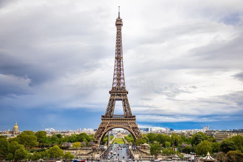 Pary?, Francja - 24 04 2019: Widok z lotu ptaka Basztowy Eiffel na pi?knym chmurnym niebie w Pary?, Francja zdjęcia royalty free
