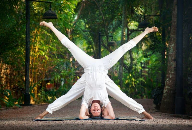 pary głowy pozy stojaka joga obrazy stock