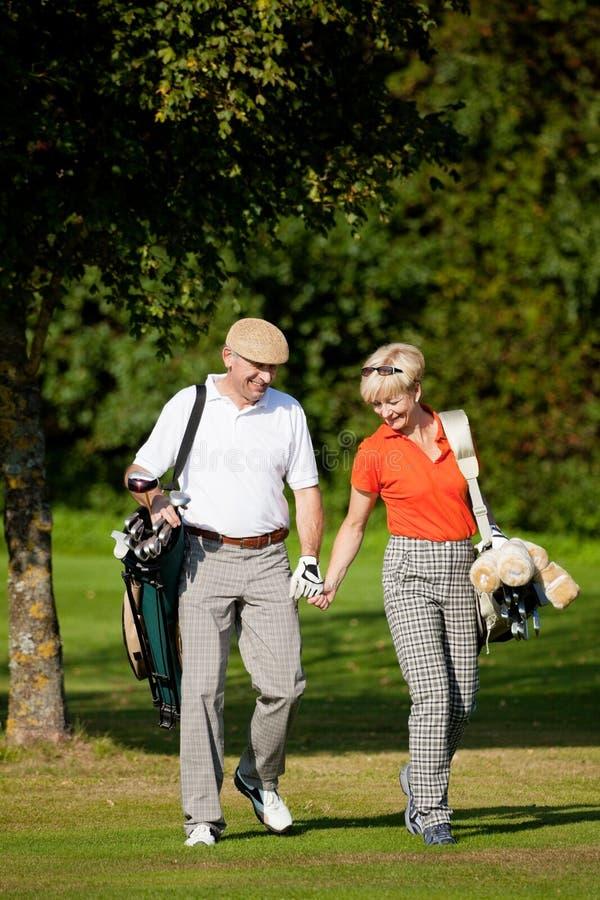 pary golfa dojrzały bawić się zdjęcie stock