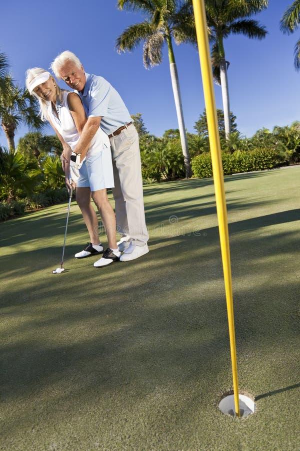 pary golfowy szczęśliwy bawić się kładzenia senior zdjęcie stock