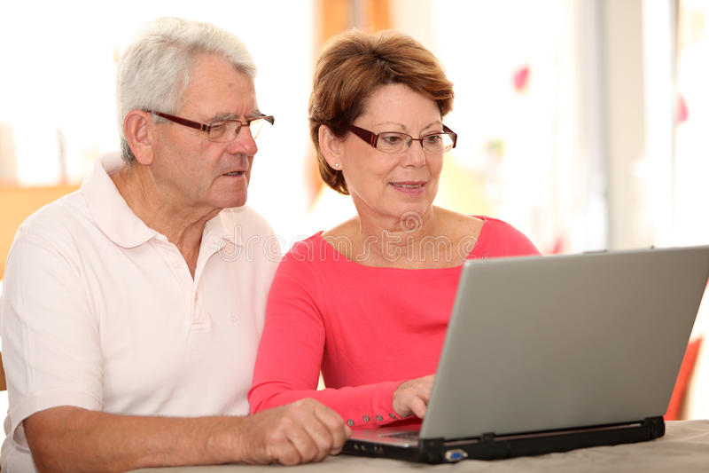 pary internetów starszy używać zdjęcia royalty free