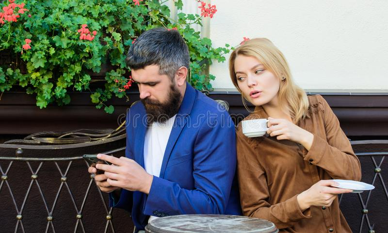 Pary kawiarni tarasu napoju kawa Para w mi?o?ci siedzi kawiarnia taras cieszy si? kaw? M??czyzna przesy?anie wiadomo?ci tajny cyg obrazy royalty free