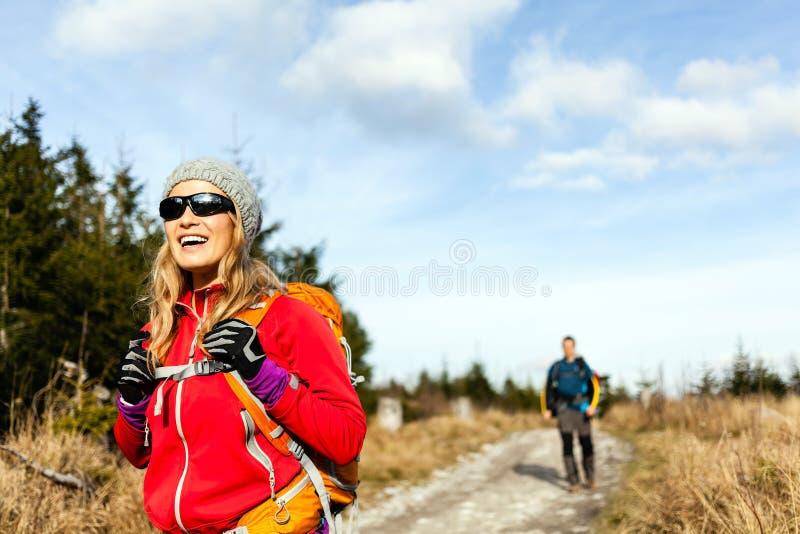 Pary kobiety i mężczyzna odprowadzenie w górach zdjęcie royalty free