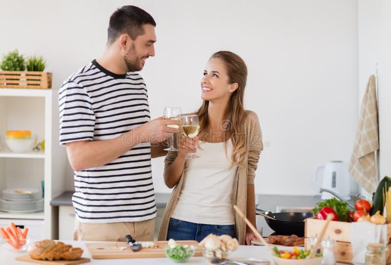 Pary kulinarny jedzenie i pić w domu wino zdjęcia stock