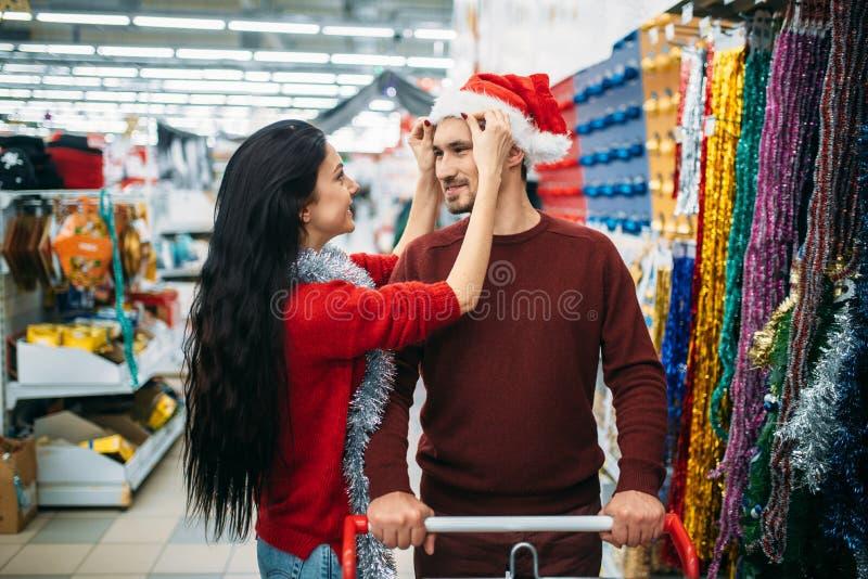 Pary kupienia bożych narodzeń dekoracje w sklepie fotografia stock