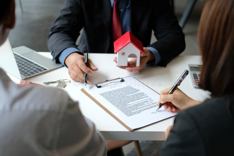 Pary kupienia wynajmowania domu podpisywania hipoteki kontraktacyjna zgoda z pośrednik handlu nieruchomościami agentem nieruchomo obrazy royalty free