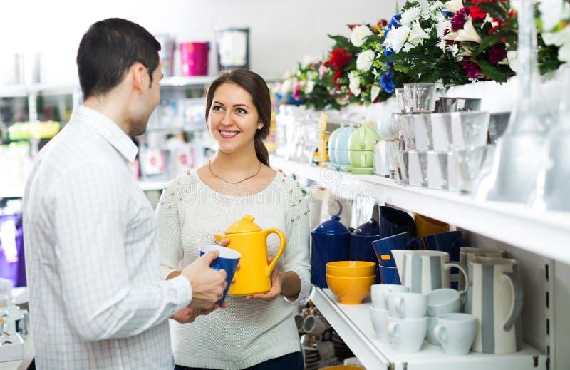 Pary kupować ceramiczny obrazy stock