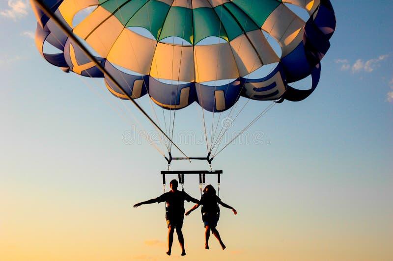 Pary latanie na spadochronie zdjęcia royalty free