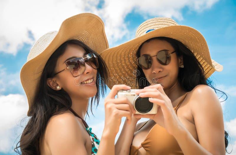 Pary lesbianare selfie lub bierze fotografie dla dzielić w online społeczności obraz royalty free