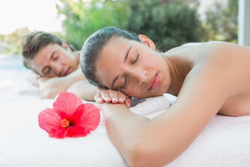 Pary lying on the beach na masażu stole przy zdroju centrum zdjęcia stock