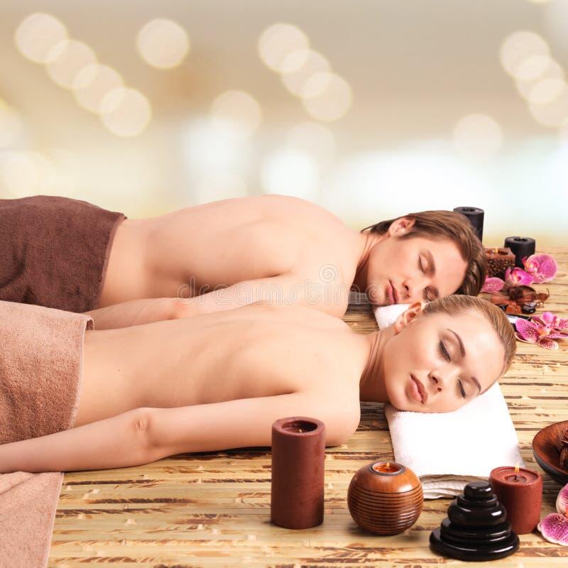 Pary lying on the beach na masaży biurkach obraz royalty free