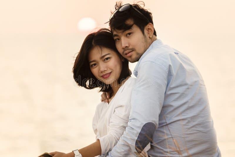 Pary młodego mężczyzna i kobiety relaksujący podróżny miejsce przeznaczenia obraz stock
