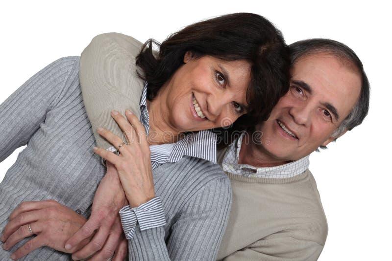 Pary małżeńskiej przytulenie obrazy royalty free