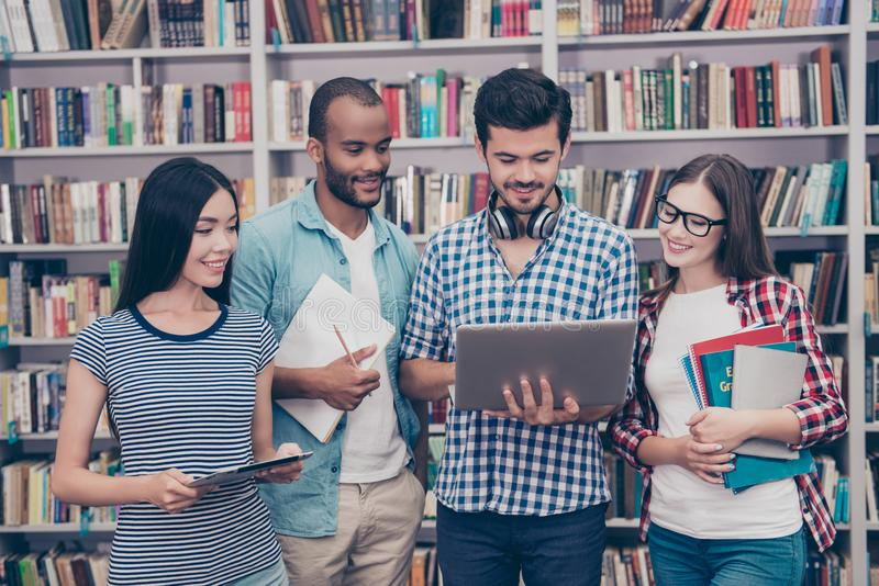 Pary międzynarodowi ucznie studiują po wykładów wewnątrz zdjęcia royalty free