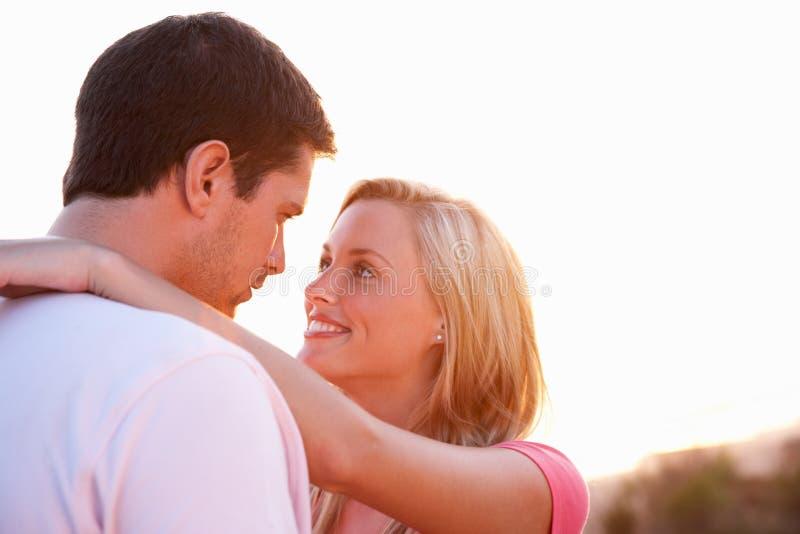pary miłości romantyczni zmierzchu potomstwa obraz stock