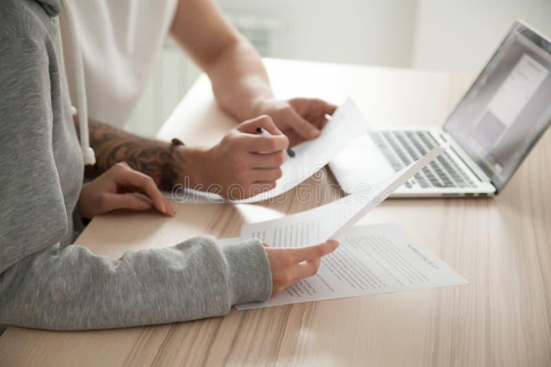 Pary mienia czytanie dokumentuje w domu z laptopem, zakończenie up obraz stock