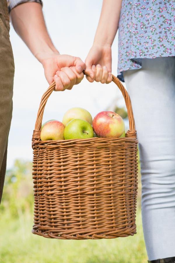 Pary mienia kosz jabłka zdjęcia stock