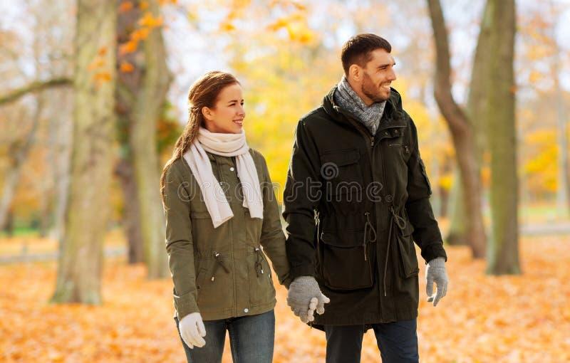 Pary mienia odprowadzenie wzdłuż jesień parka i ręki fotografia stock