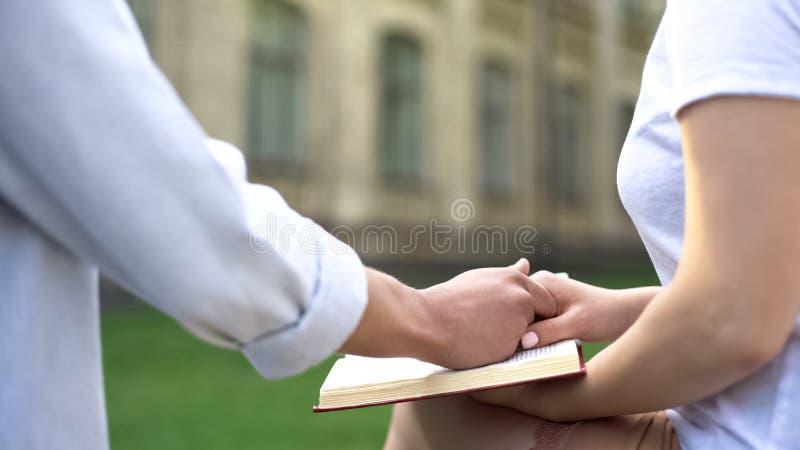 Pary mienia ręki, kobiety czytelnicza książka, wybór między nauką i powiązania, fotografia stock