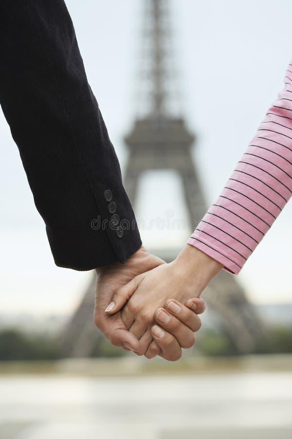 Pary mienia ręki Przeciw Zamazanej wieży eifla zdjęcie royalty free