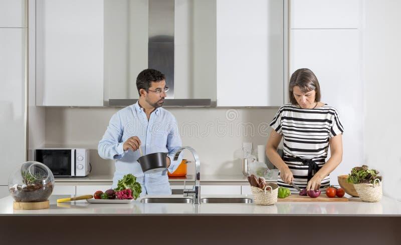 Pary narządzania jedzenie w kuchni obraz stock