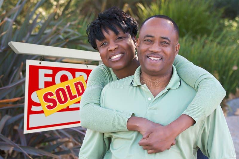 pary nieruchomości szczęśliwy reala znak zdjęcia stock