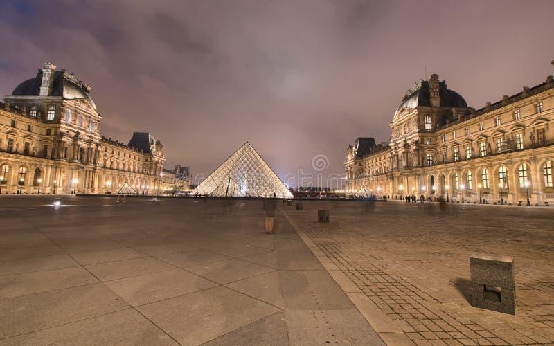 PARYŻ, NOV - 30: Louvre muzeum zaświeca przy nocą, Listopad 30, 2012 zdjęcia stock