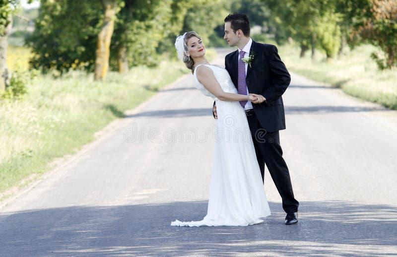 pary nowożeńcy droga obraz stock