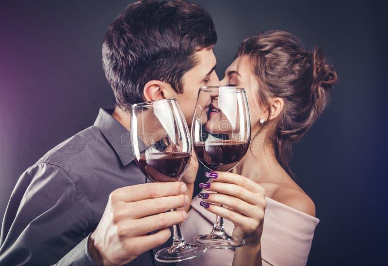Pary odświętności walentynek dzień pije czerwone wino zdjęcia stock