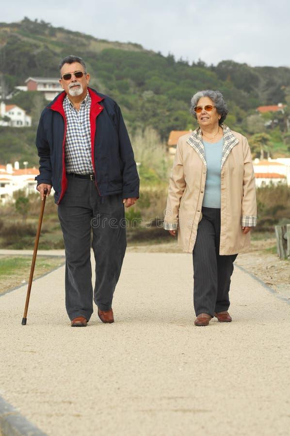 pary odprowadzenie szczęśliwy starszy zdjęcie stock