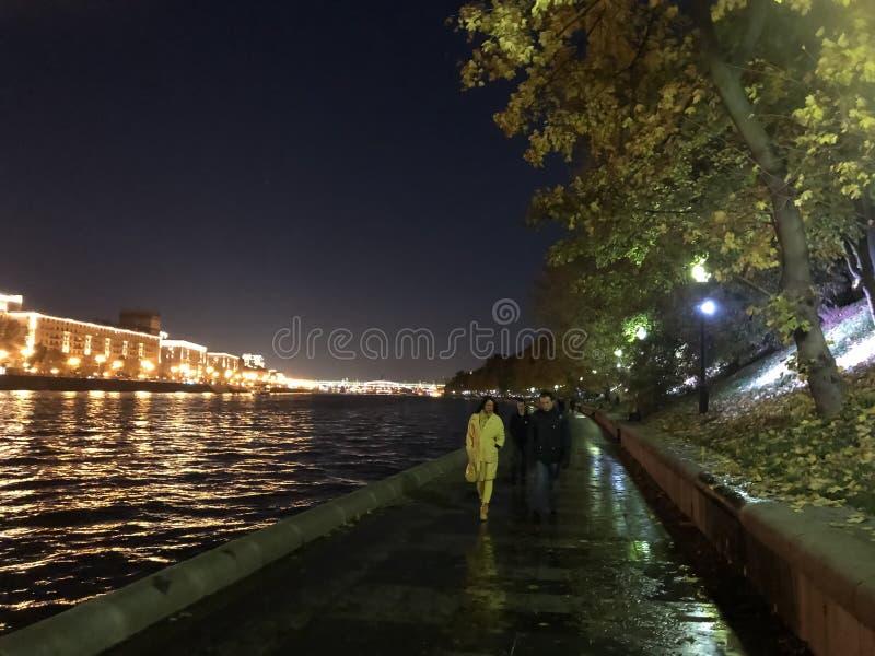 Pary odprowadzenie w miasto parku blisko rzeki zdjęcie royalty free