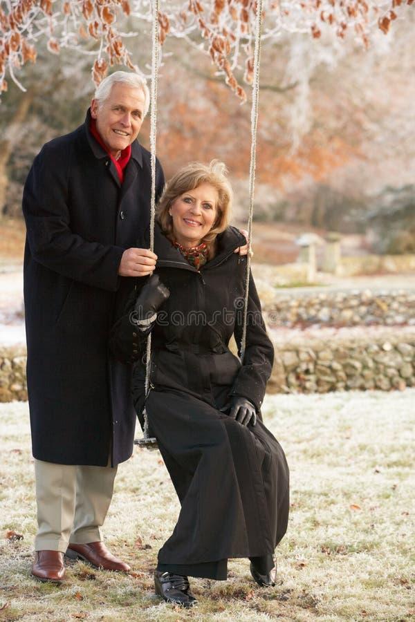 pary ogrodowa starsza obsiadania huśtawka zdjęcie stock