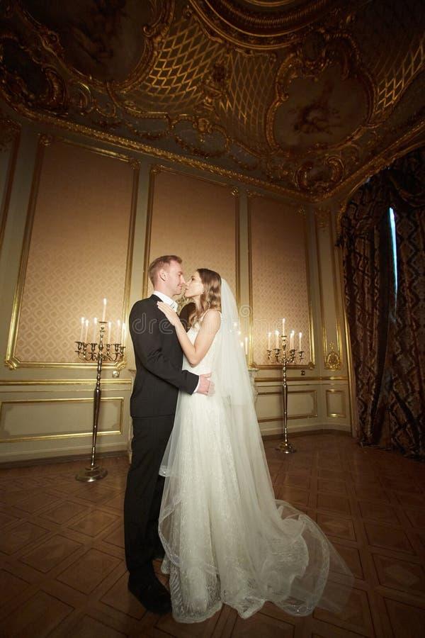 Pary piękna portret, Well Ubierał Przystojnego mężczyzna w kostiumu z Elegancką Piękną kobietą w biel sukni fotografia royalty free