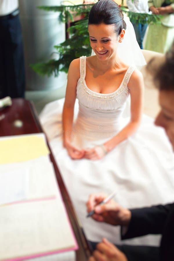 Pary podpisywania ślubni papiery zdjęcia royalty free