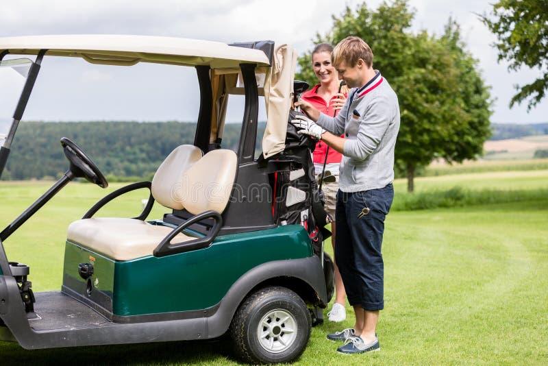 Pary pozycja blisko golfowej fury zdjęcia royalty free