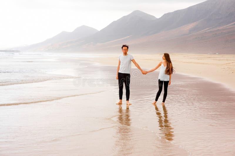 Pary pozycja na pięknej plaży fotografia stock